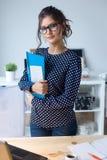 Piękna młoda kobieta pracuje w jej biurze Zdjęcie Stock