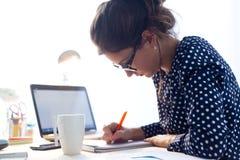 Piękna młoda kobieta pracuje w jej biurze Obraz Royalty Free