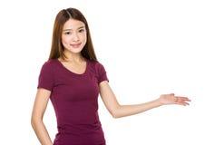 Piękna młoda kobieta przedstawia twój produkt Zdjęcia Royalty Free