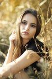Piękna młoda kobieta przy zmierzchem Obrazy Royalty Free
