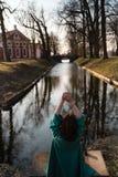 Piękna młoda kobieta relaksuje blisko kanałowej rzeki w parku blisko pałac w Rundale, Latvia, 2019 zdjęcia stock