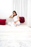 Piękna młoda kobieta relaksuje w domu na kanapie fotografia royalty free