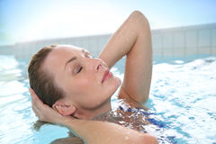 Piękna młoda kobieta relaksuje w jacuzzi Zdjęcia Stock