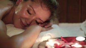 Piękna młoda kobieta Relaksuje W Sauna zdjęcie wideo