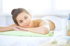Piękna młoda kobieta relaksuje w zdroju salonie Obrazy Royalty Free