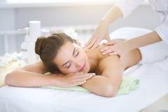 Piękna młoda kobieta relaksuje w zdroju salonie Zdjęcia Royalty Free