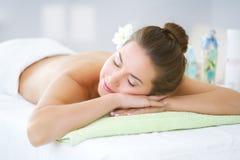 Piękna młoda kobieta relaksuje w zdroju salonie Obrazy Stock