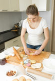 Piękna młoda kobieta robi ciastu na kuchni w domu Zdjęcia Royalty Free