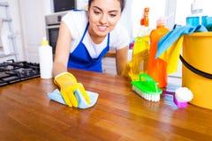 Piękna młoda kobieta robi czyścić dom Dziewczyny cleaning ki Zdjęcia Stock