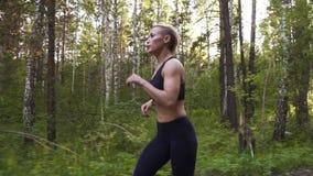 Piękna młoda kobieta robi sportom w naturze Sportowa dziewczyna na bieg swobodny ruch zbiory