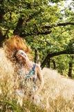 Piękna młoda kobieta rzuca włosy w naturze Obrazy Royalty Free