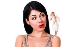 Piękna młoda kobieta słucha anioł zostaje na jej shou zdjęcia royalty free