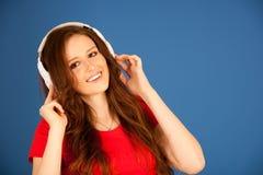 Piękna młoda kobieta słucha muzyka nad wibrującym koloru bac zdjęcie royalty free