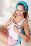 Piękna młoda kobieta segreguje ona gwoździe Obraz Stock