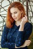 Piękna młoda kobieta siedzi w breloczka krześle w pokoju fotografia royalty free