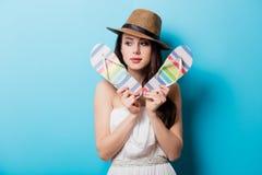 Piękna młoda kobieta stoi przed z kolorowymi sandałami Obrazy Royalty Free