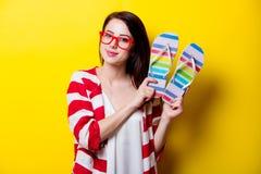 Piękna młoda kobieta stoi przed z kolorowymi sandałami Obraz Royalty Free