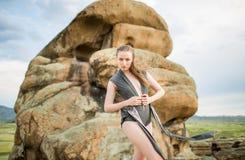 Piękna młoda kobieta target453_0_ nad malowniczym krajobrazem Obrazy Royalty Free