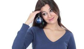 Piękna młoda kobieta trzyma błękitną Bożenarodzeniową piłkę Fotografia Stock