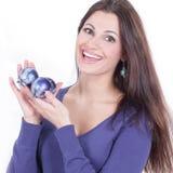 Piękna młoda kobieta trzyma błękitną Bożenarodzeniową piłkę zdjęcia royalty free