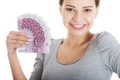 Piękna młoda kobieta trzyma dużą sumę pieniądze. obrazy stock