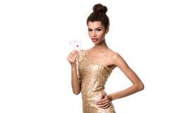 Piękna młoda kobieta trzyma dwa as odizolowywający na bielu karty w ona ręka Obraz Royalty Free