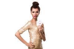Piękna młoda kobieta trzyma dwa as odizolowywający na bielu karty w ona ręka Obraz Stock