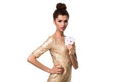 Piękna młoda kobieta trzyma dwa as odizolowywający na bielu karty w ona ręka Zdjęcie Royalty Free