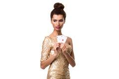 Piękna młoda kobieta trzyma dwa as odizolowywający na bielu karty w ona ręka Zdjęcia Royalty Free