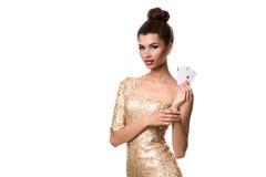 Piękna młoda kobieta trzyma dwa as odizolowywający na bielu karty w ona ręka Zdjęcia Stock