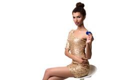 Piękna młoda kobieta trzyma dwa układu scalonego odizolowywający na bielu w ona ręka Obrazy Stock