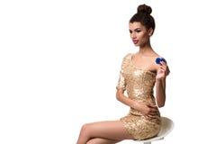 Piękna młoda kobieta trzyma dwa układu scalonego odizolowywający na bielu w ona ręka Zdjęcie Stock