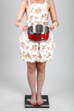 Piękna młoda kobieta trzyma garnek Obrazy Stock