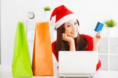 Piękna młoda kobieta trzyma kredytową kartę z laptopem Fotografia Royalty Free