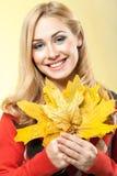 Piękna młoda kobieta trzyma liść klonowy Obraz Royalty Free