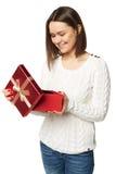 Piękna młoda kobieta trzyma otwartego prezenta pudełko i patrzeje teraźniejszość Zdjęcia Royalty Free