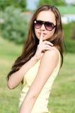Piękna młoda kobieta trzyma palec jej wargi w żetonie cisza. Portret. Park Obrazy Stock
