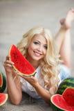 Piękna młoda kobieta trzyma plasterek dojrzały arbuz zdjęcie royalty free