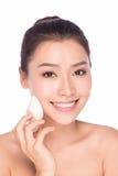 Piękna młoda kobieta używa proszek Obrazy Stock