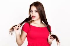 Piękna młoda kobieta ubierał w czerwonej sukni, trzyma pigtails piękny taniec para strzału kobiety pracowniani young Zdjęcia Royalty Free