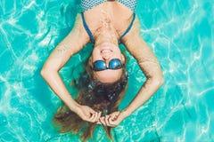 Piękna młoda kobieta unosi się w basenu relaksującym Odgórnym widoku holida Zdjęcie Royalty Free