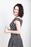 Piękna młoda kobieta usuwa słońc szkła, jest ubranym suknię z polek kropkami wyrażać różne emocje Obrazy Stock