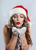 Piękna młoda kobieta w Święty Mikołaj kapeluszu obraz stock