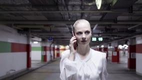 Piękna młoda kobieta w białej koszula i czerń omijamy w undeground parking zbiory