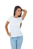 Piękna młoda kobieta w białej koszulce pozuje nad białym tłem Fotografia Royalty Free