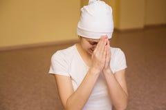 Piękna młoda kobieta w białym modleniu Obrazy Stock