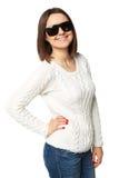 Piękna młoda kobieta w białym pulowerze z okularami przeciwsłonecznymi Odizolowywający na bielu Zdjęcie Royalty Free