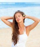 Piękna młoda kobieta w bielu z frangipany fotografia stock