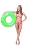 Piękna młoda kobieta w bikini pozuje z dużym zielonym gumowym pierścionkiem Obrazy Stock