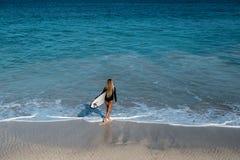 Piękna młoda kobieta w bikini z kipieli deską przy plażą tropikalna wyspa obrazy royalty free